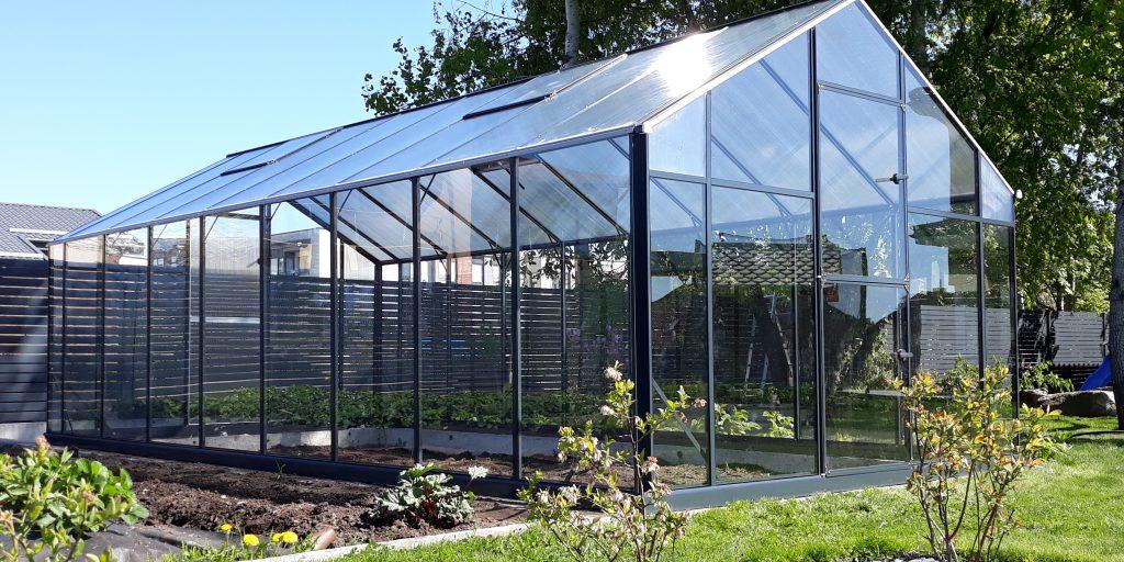 Vi er glade over å kunne introdusere et vakkert drivhus med høy kvalitet, med aluminiumsramme og dekket med herdet glass.
